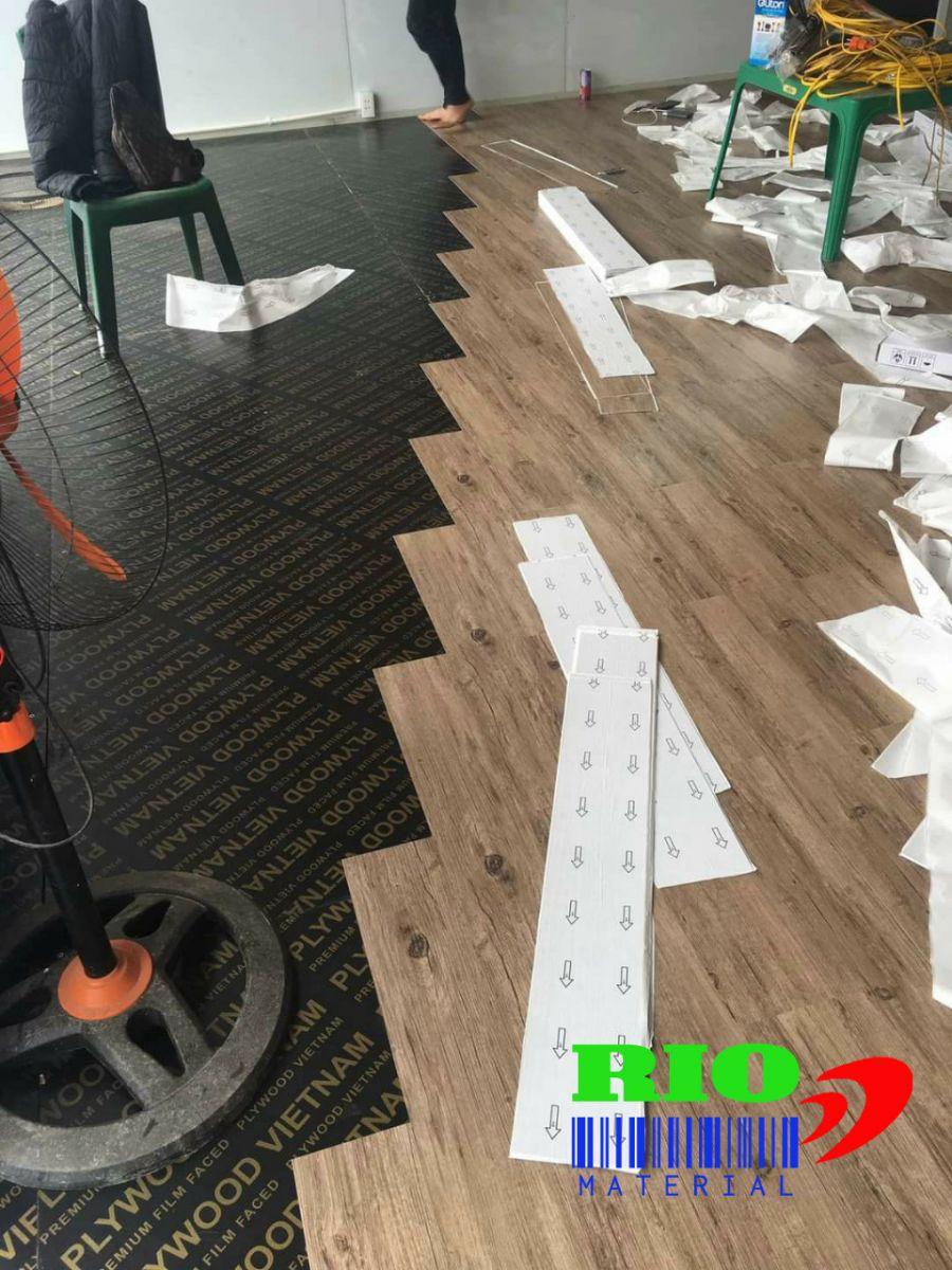 sàn nhựa giả gỗ tự dính có bền không